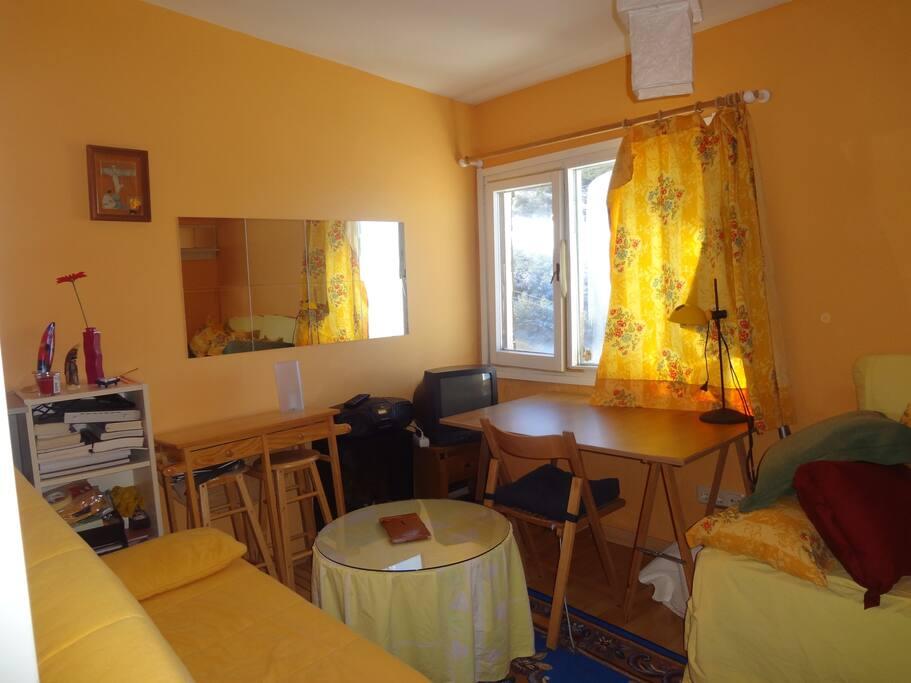 Studio équipé salon-cuisine 20m2.