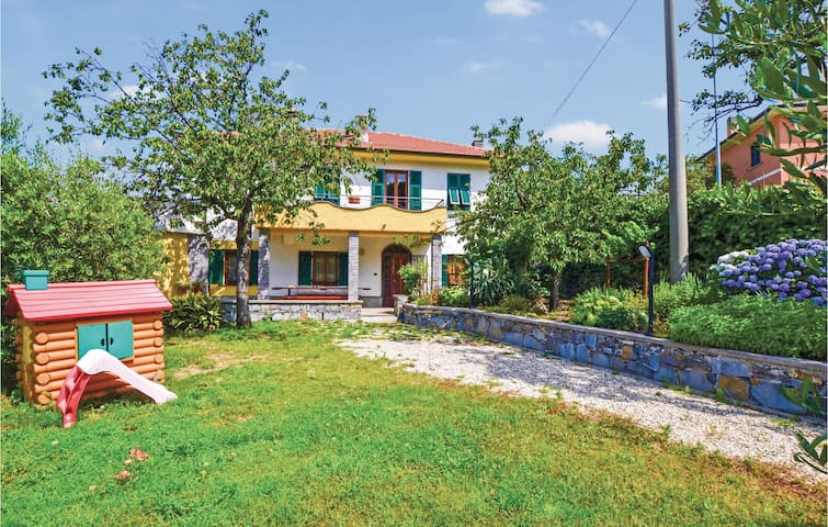 Holiday cottage with 6 bedrooms on 240 m² in Castiglione Chiavarese