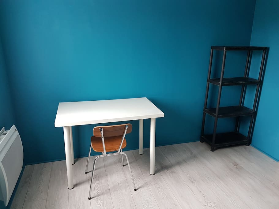 Petit bureau et étagère pour vos affaires.