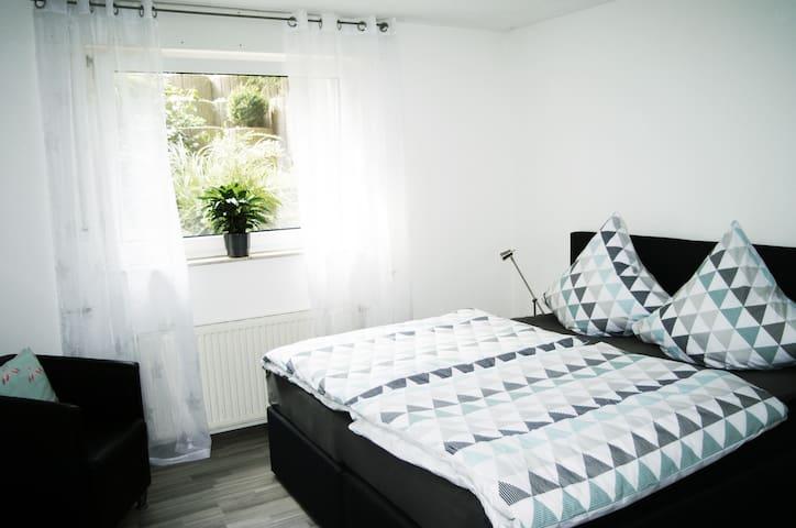 Schlafzimmer No. 1  mit großem Doppelbett (180 cm Breite)