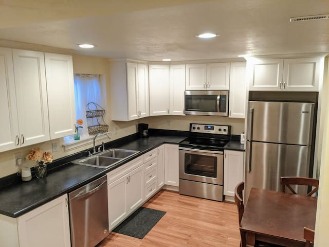 Cozy Bsmt Apt 3 Minutes From Interstate