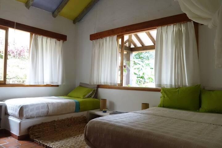 Habitación 2 camas baño compartido en El Romerón