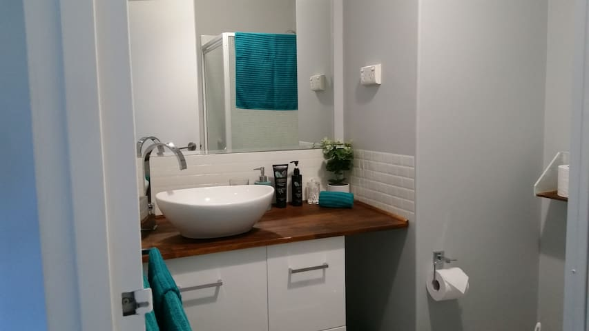 Gorgeous unit in Bunbury CBD with wifi & Breakfast