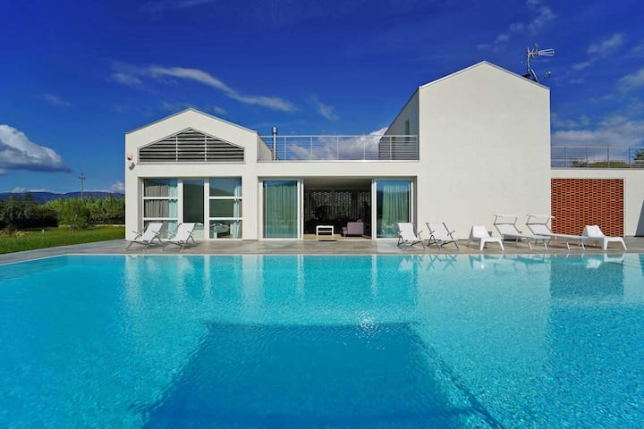 Villa Micol, 14 pax with Pool,  close to the see