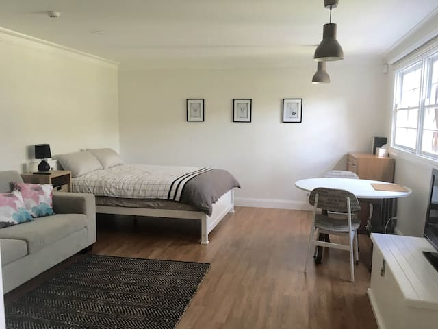 Modern Studio Retreat near Manly! - Beacon Hill - Apartment