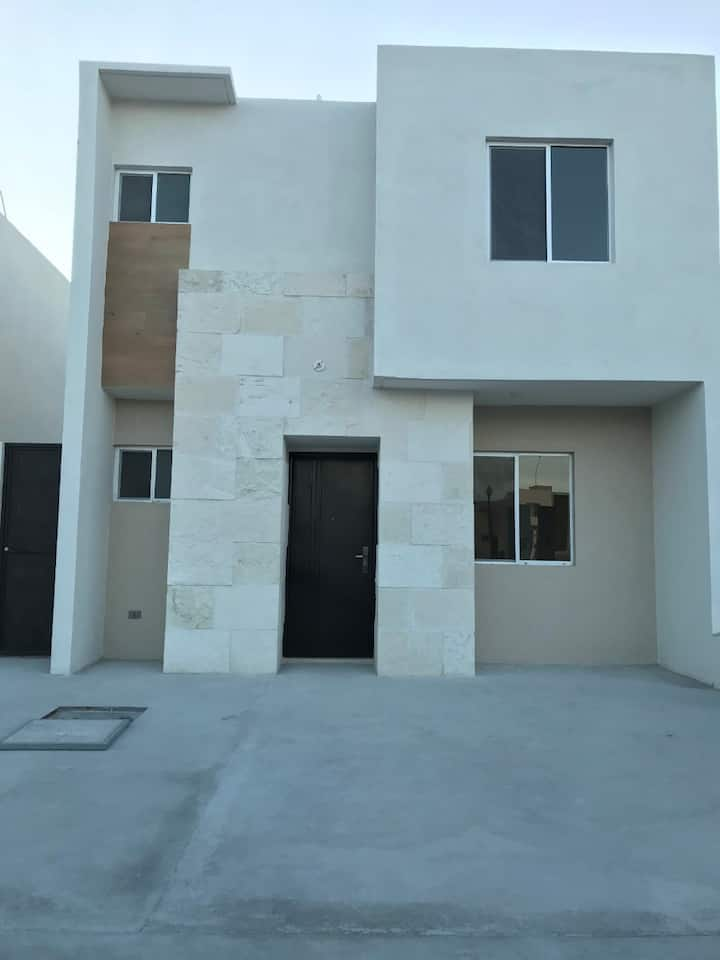 Casa nueva, amueblada, Fracc. Privado en Ramos