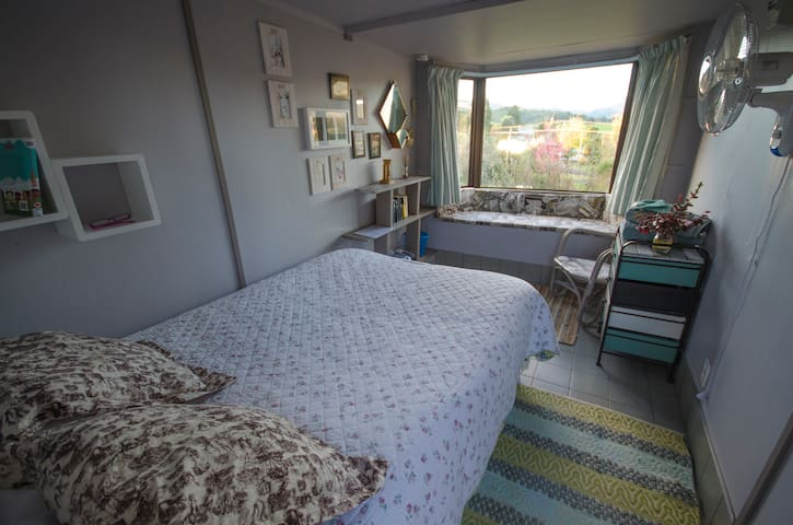 Small comfy cabin with double bed