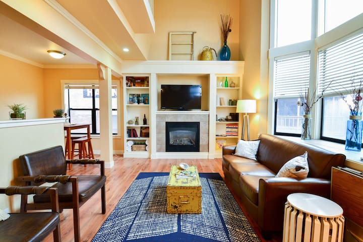 Renovated waterfront loft located near the ocean and restaurants!