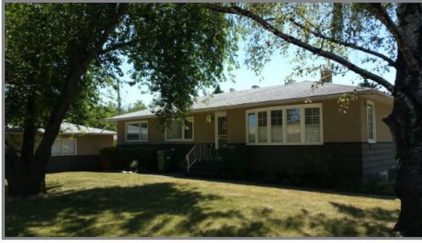 Quiet & Private Suite Heritage Pk/Rockyview Hosp.