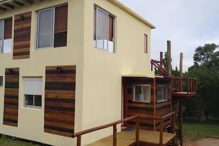 Hermosa casa de dos plantas en Playa Hermosa - Piriápolis