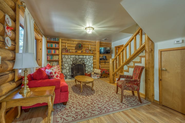 Spacious dog-friendly cabin - close to town & attractions