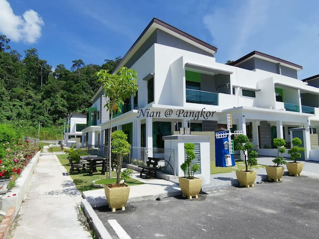 Spacious CORNER House* KTV & 5min to Pangkor beach