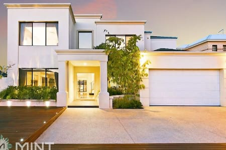 Luxury, spacious house with pool, close to beach - Mount Claremont