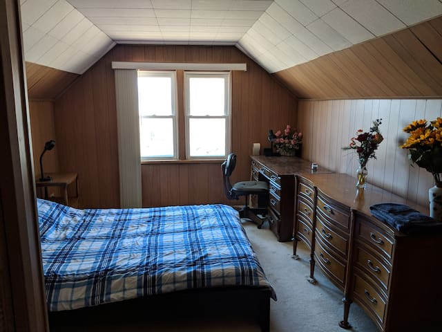 Cozy room minutes from downtown w/ free parking D