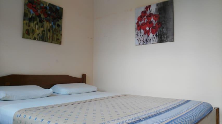 Good Bed & A/C & HD-TV & Breakfast & Fridge &more! - Olon - Bed & Breakfast
