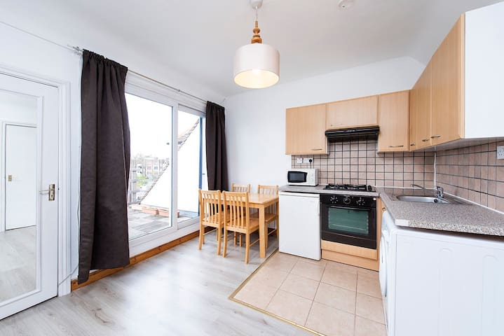 Bright Studio with balcony in West Hampstead