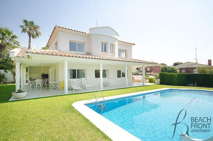 R11 Elegant house with big private garden and pool