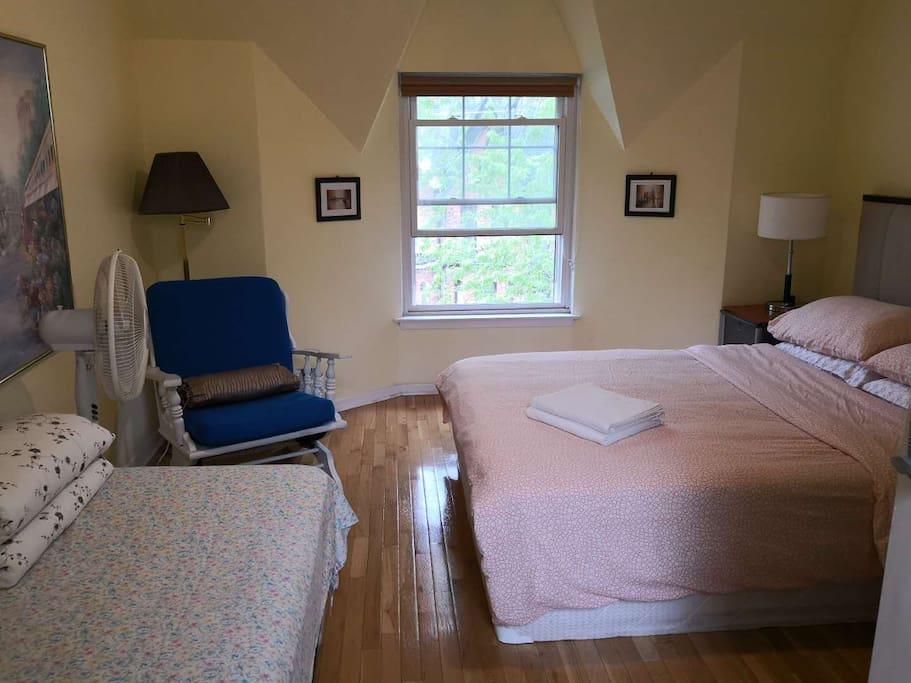 e dttoronto tidy bright sunny 24 7 accessing h user zur miete in toronto ontario kanada. Black Bedroom Furniture Sets. Home Design Ideas