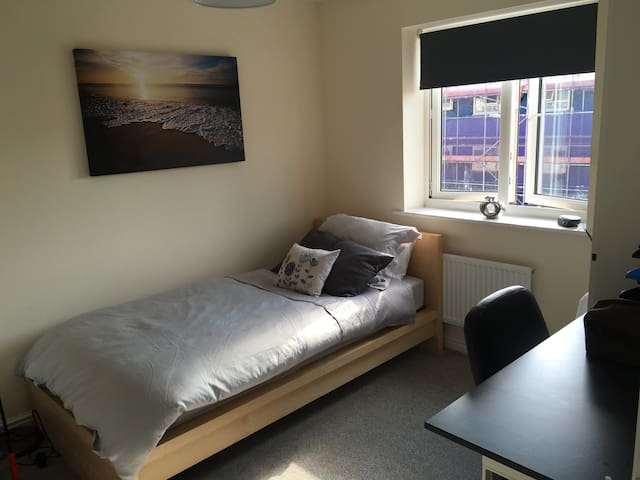 Cosy room near aiport & train station. - Devon