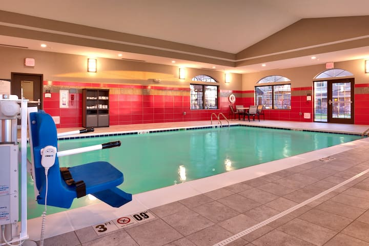 Pool & Hot Tub Access. Free Breakfast Buffet. King Suite Near Downtown!