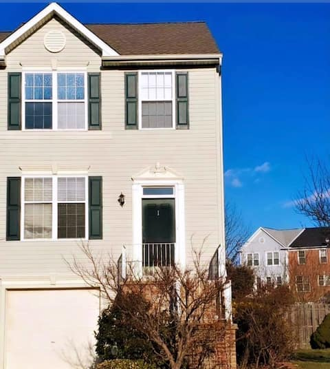 Beautiful Cozy Green Townhome-Home Away From Home