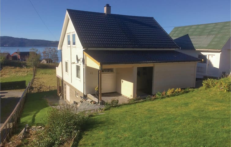 Holiday cottage with 4 bedrooms on 140 m² in Løfallstrand