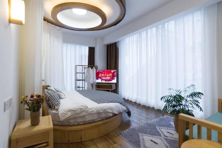 【拾年】天门山脚下的独栋小白房 超大落地窗圆床房 |各大景点云集|近天门山汽车火车站|步行街飞机场|