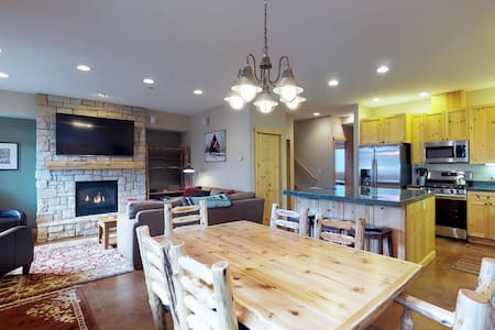 Bright condo w/shared hot tub-minutes from Warm Springs lifts