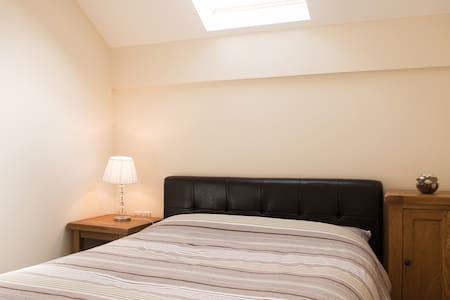 Modern loft bedroom, free parking, great location - Swindon - Talo