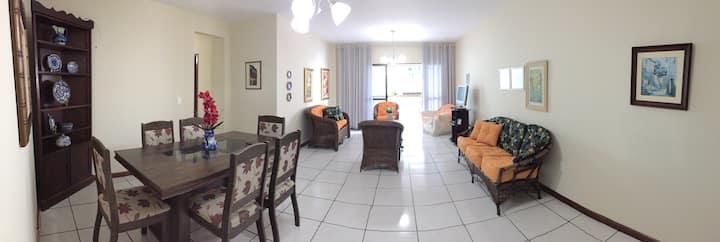 Amplo apartamento em frente ao mar Meia-Praia!