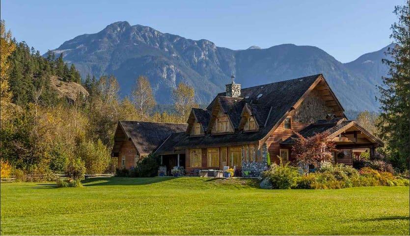 Beautiful Mountain Chalet Retreat on Pemby Acreage