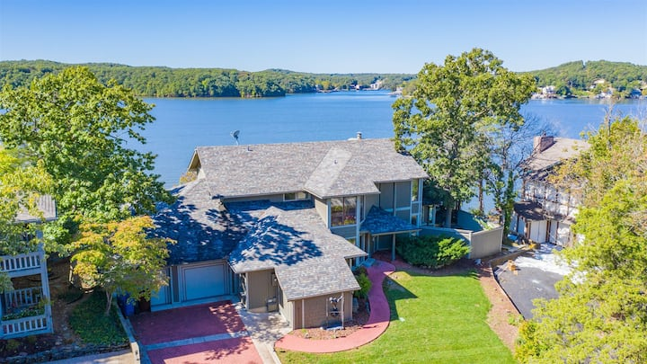5 bedroom luxury home with 8 mile lake view and hot tub