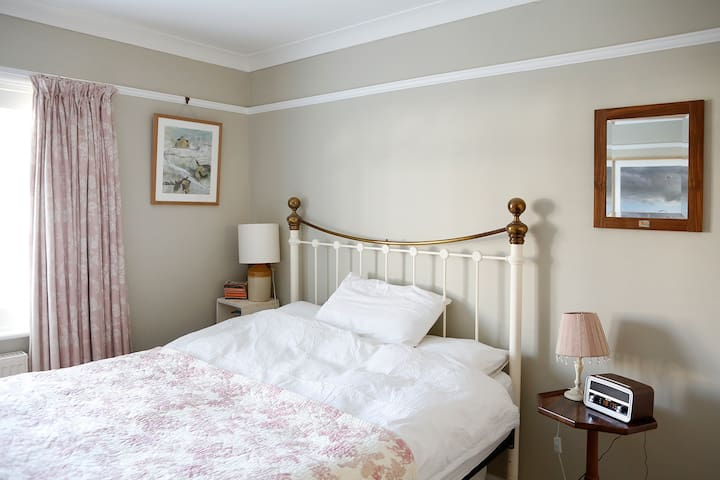 Newly decorated double bedroom near Hove seafront
