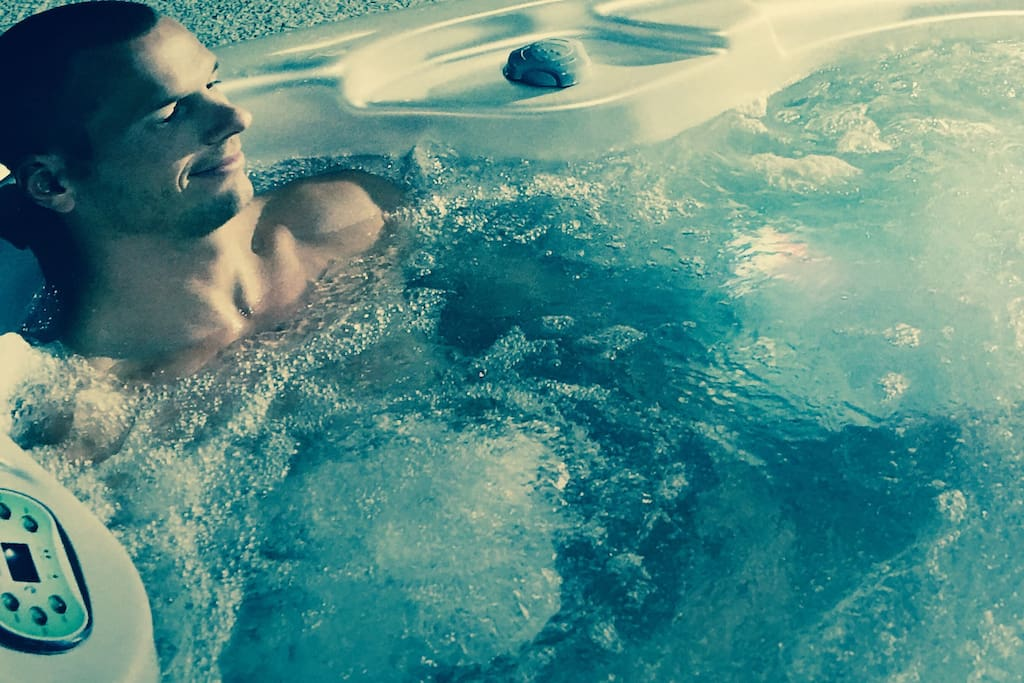 Come join us enjoy our 4 person jacuzzi!