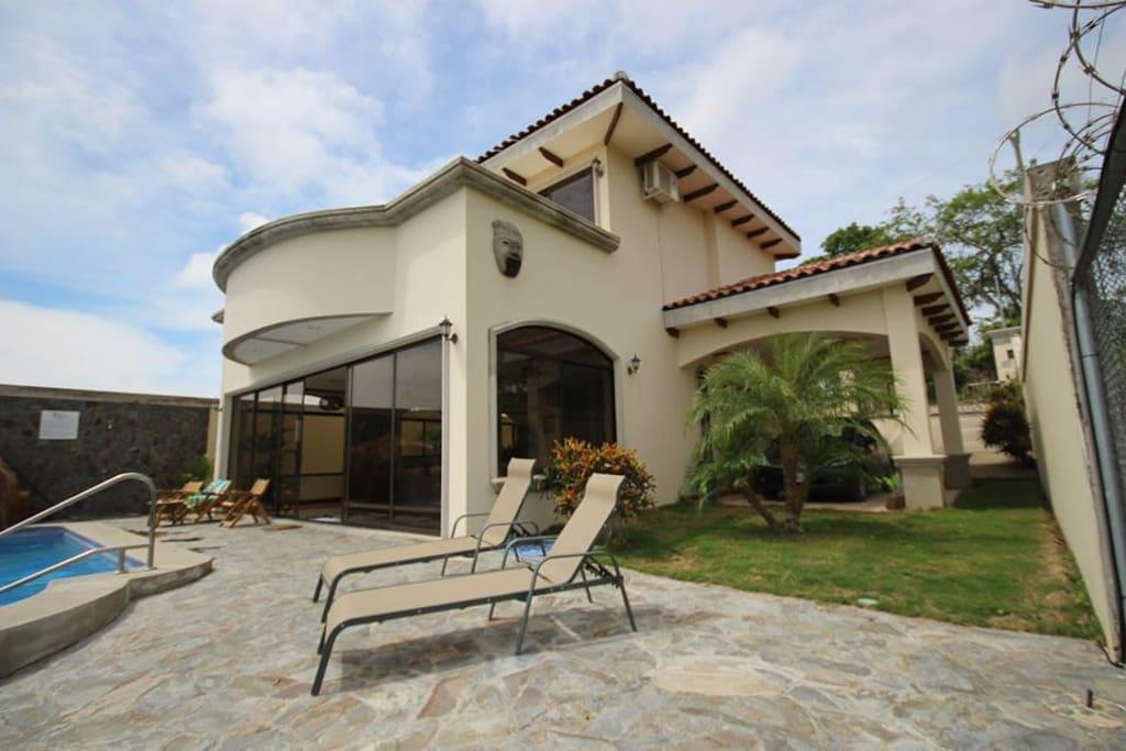 Casa Rodeada de Exuberante Belleza con Acabados de Lujo y una vistas espectaculares de casi 360grados, vistas que incluyen del Golfo de Nicoya, sus islas, el Océano Pacífico, Bosque Tropical Seco y sus alrededores
