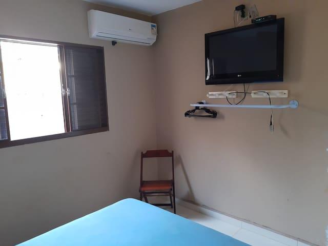 quarto 1(cama de casal e banheiro)