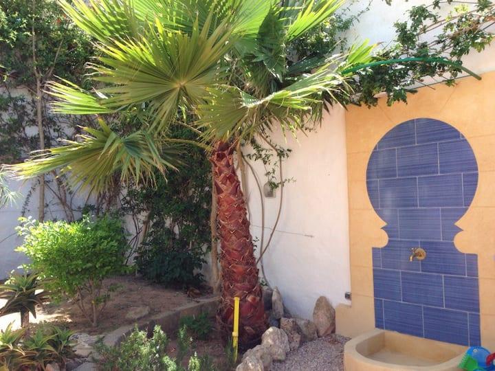 Maison colorée et chaleureuse avec grand jardin