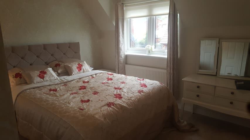 Double room in Liverpool suburbs 7mins to airport.
