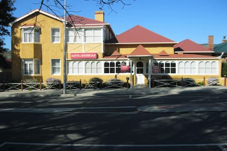 Lovely Old Historical Building 25 mins to Hobart 6