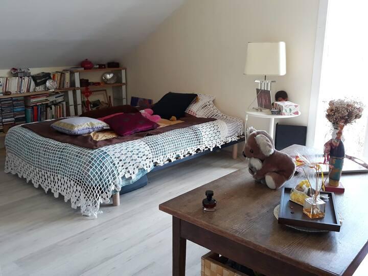 Chambre dans maison familiale, quartier paisible