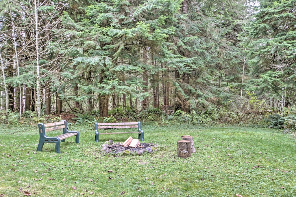 Situated on 6 and 1/2 wooded acres, this cabin allows you to enjoy the peace and beauty of nature!