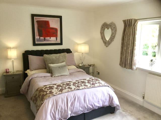 Hawthorns-Matrimoniale-Superiore-Bagno in camera con doccia-Vista giardino