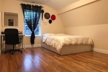 Huge,clean and bright bedroom - Boston - Casa