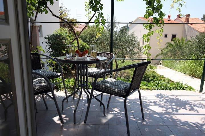 Cozy apartment with a garden in the center of Bol