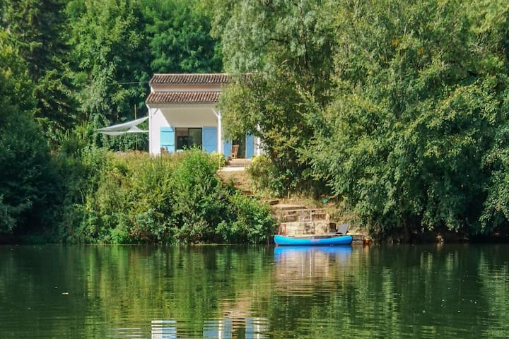 Dream house on the banks of the Aveyron river with private jetty!