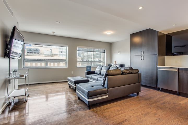 ★ ★ Rooftop Pool Luxury Living with City View ★ ★