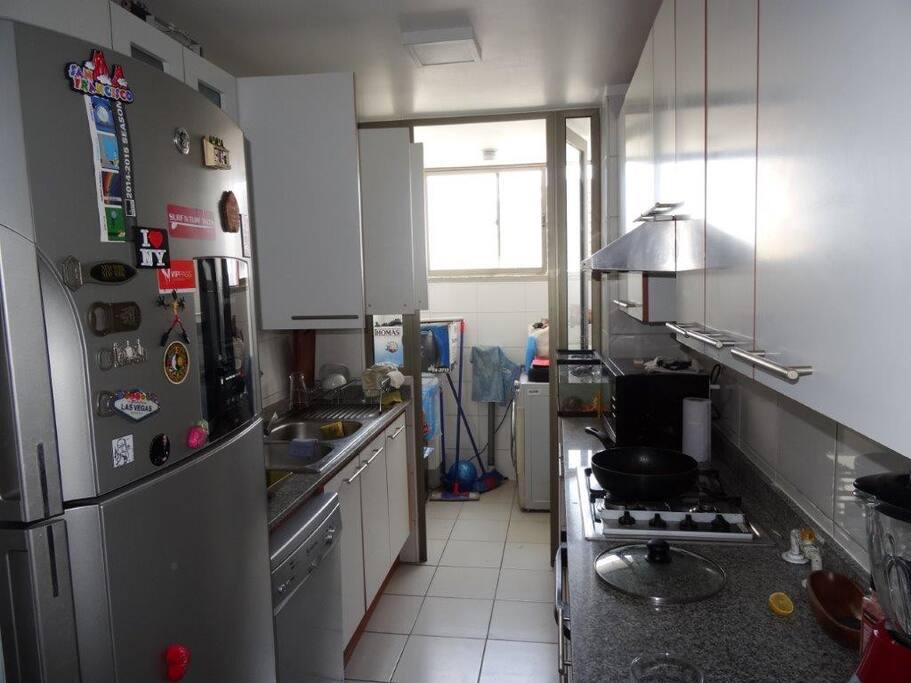 Cocina amplia, lavadero, con lavadora y secadora