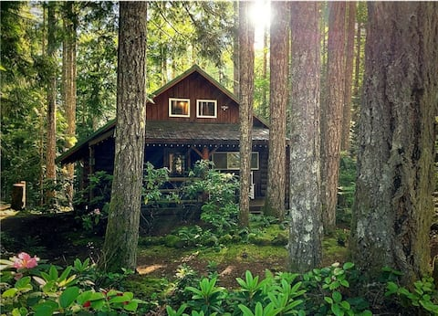 Charming Log Cabin at Lake Cushman