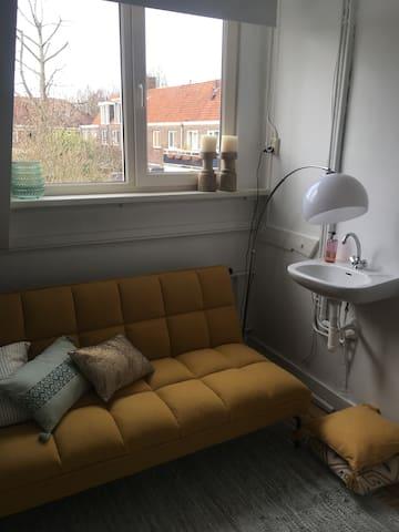 Kamer heeft eigen wastafel en ruimte in de ingebouwde kast om kleding op te bergen.