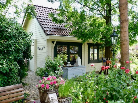 NATURAL & COSY COTTAGE, FIREPLACE, GARDEN, 2 BIKES